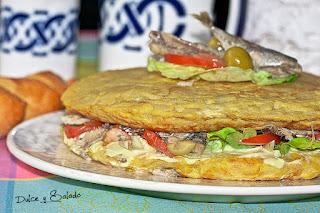 Tortilla de Patata Rellena de Chicharros (Jureles) y Ensalada