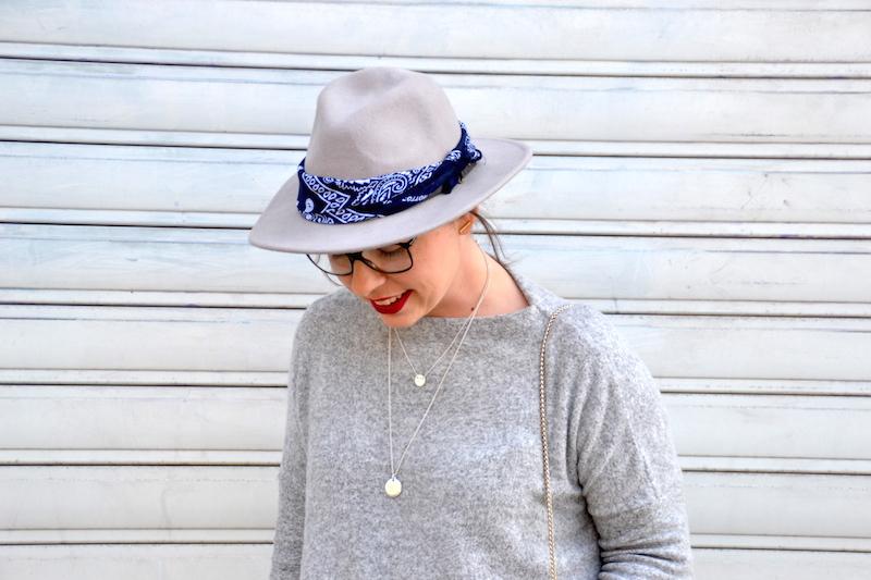 pull doudou Zara, short en jean Pimkie, chapeau Mango, bandana Asos, tennis New Look, collier d'Amaya, metropolis Bag Furla