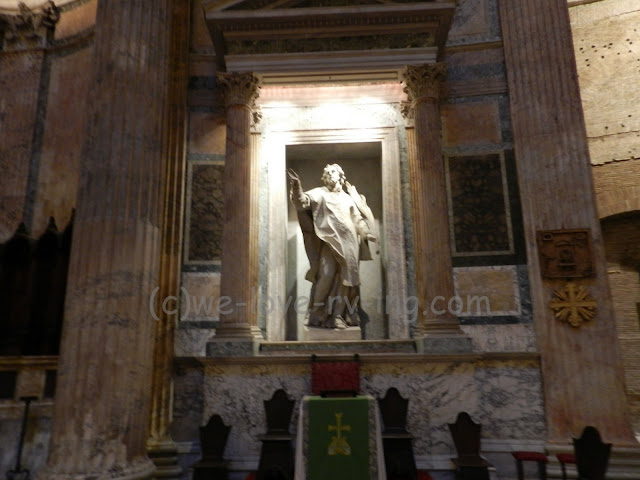 Statues are in enclaves in the walls of the Pantheon