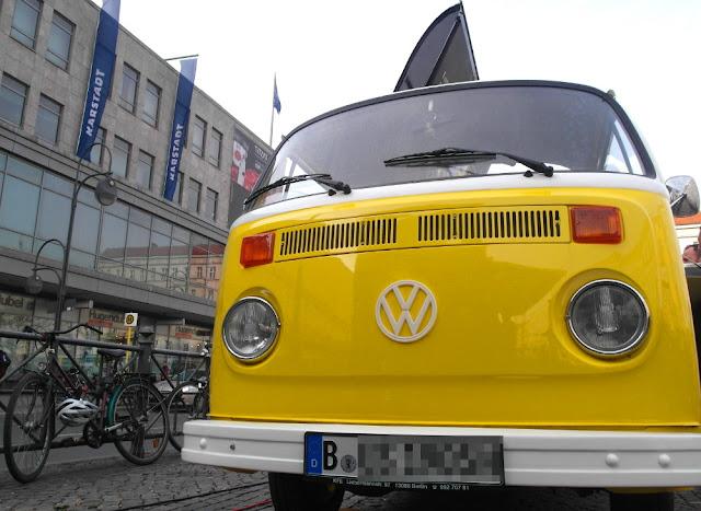 Ein gelber VW Transporter - ein VW Bully der ersten Generation -  auf dem Berliner Hermann-Platz