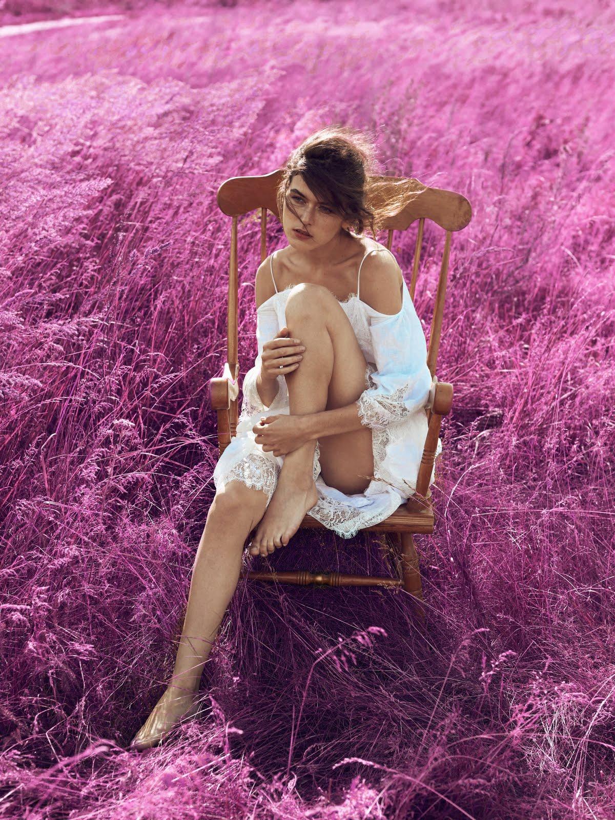 Модель в поле, модель на стуле, съемка в поле, шоу рум ред, шоу-рум red