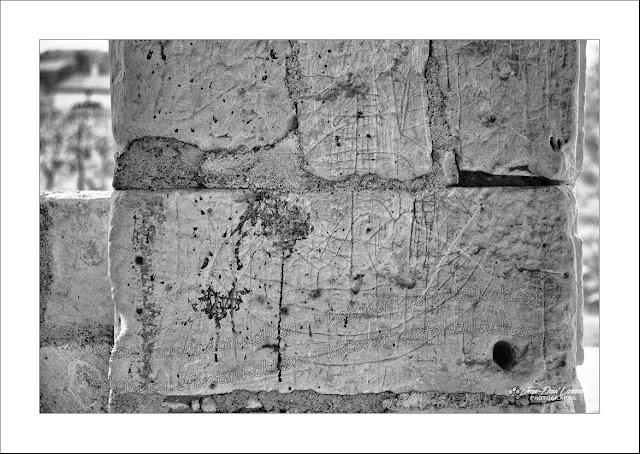 graffitis-porche-eglise-de-parnay-maine-et-loire