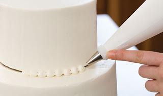 WeddingCakeDecorating 1 of 3 574x338 - Segredes para fazer um bolo de casamento