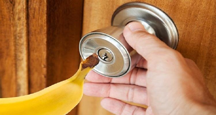 طريقة مذهلة لفتح أي باب مغلق بواسطة قطعة واحدة من الموز