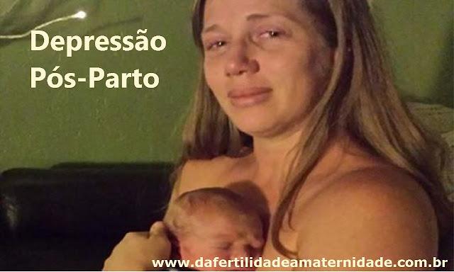 Mulher com o rosto emocionado e com tristeza, segurando o seu bebê