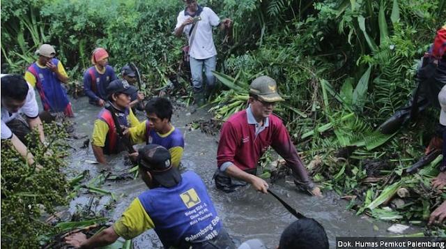 Harnojoyo Gotong Royong Bersihkan Sungai Beton Bersama Warga