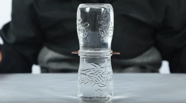 vasos, agua, monedas