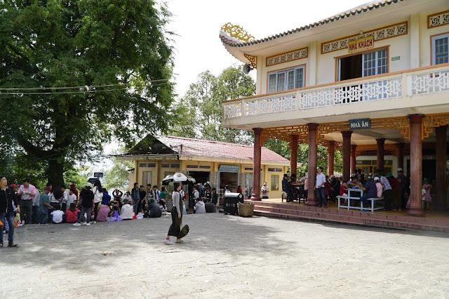 Khu vực sân chùa, có căng tin và các dịch vụ bán hàng