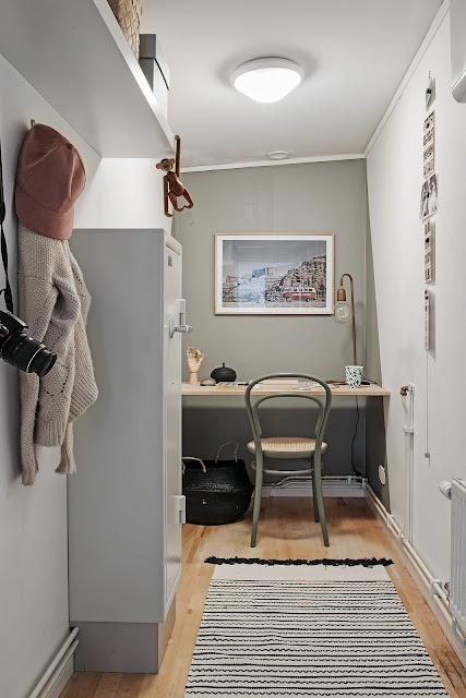 birou amenajat intr-o nisa restransa langa baie
