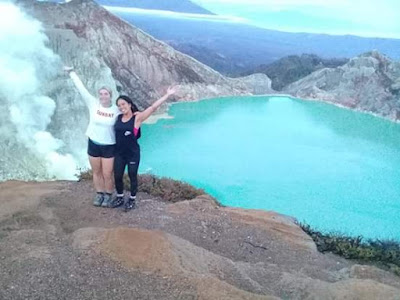 Ijen crater lake tour providing transport and guide
