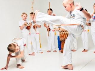 http://www.dancevacuum.gr/2016/09/capoeira-gia-paidia.html