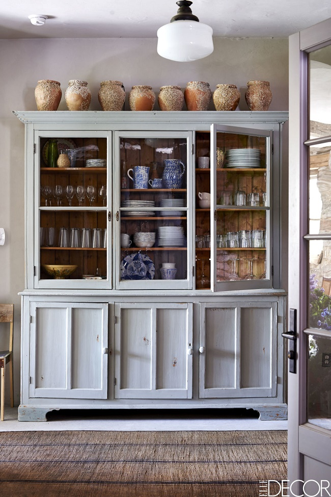 Mix and chic a rustic and refined carriage house in new york for Carriage house kitchen cabinets
