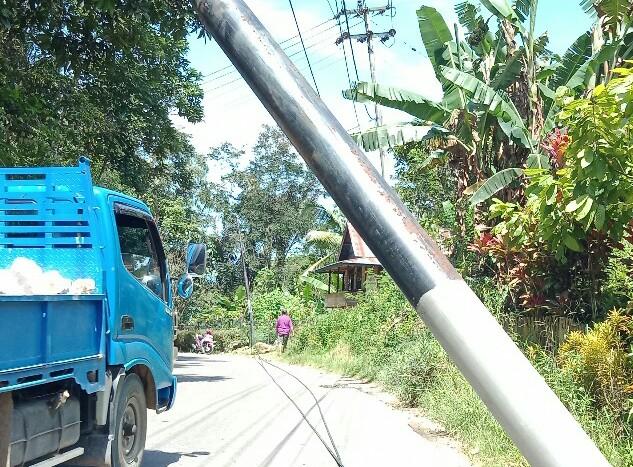 Hati- hati!! Kabel Listrik Putus dan Tiang Listrik Hampir Ambruk di Jalan Poros Tetebassi- Sangalla