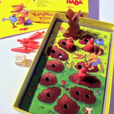 En la foto se ve la caja del juego, las instrucciones y los componentes, el dado, las zanahorias y el conejo.
