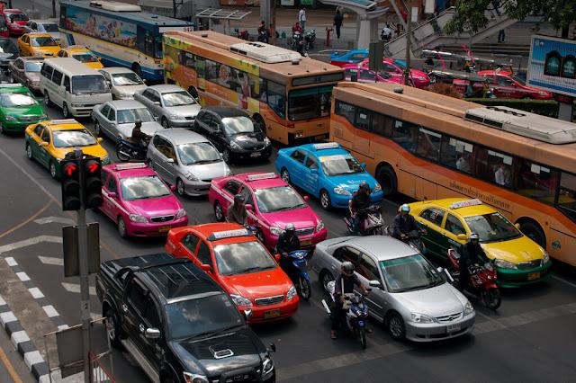 Taxi là phương tiện giao thông nhanh chóng và thoải mái nhất để đi vòng quanh thành phố. Bạn có thể gọi taxi từ khách sạn hoặc trên đường cũng rất dễ dàng. Tất cả taxi đều có đồng hồ tính cước và máy điều hòa, thường 2 km đầu tiên bạn sẽ phải trả tối thiểu 35 bath và 5 bath cho mỗi km tiếp theo.