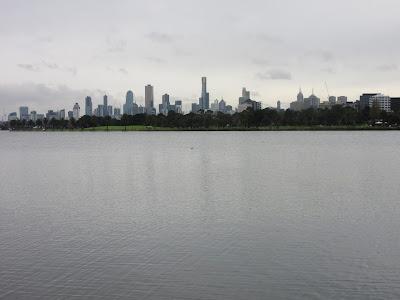 Vistas de Melbourne desde el parque y lago Albert