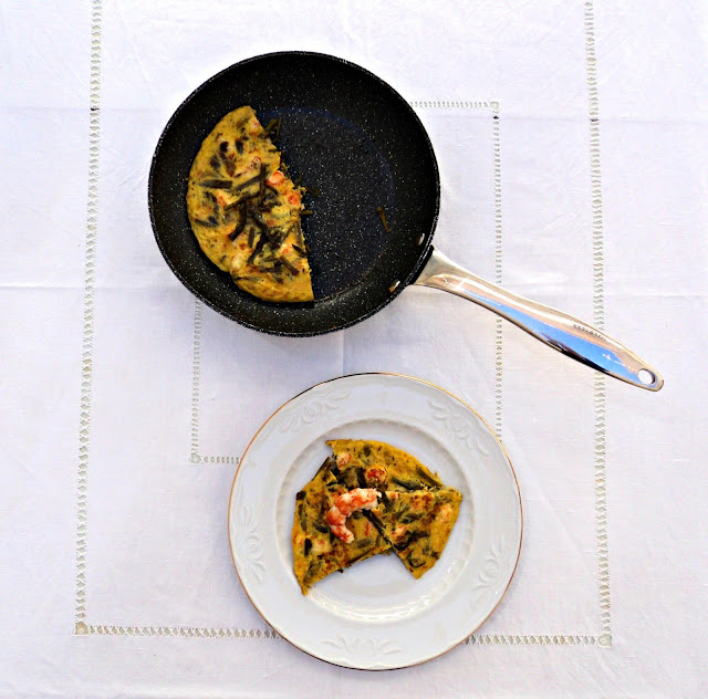 tortilla-esparragos-langostinos-sarten