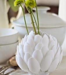 http://manualidadespararegalar.info/flor-con-cucharas-plasticas-recicladas/