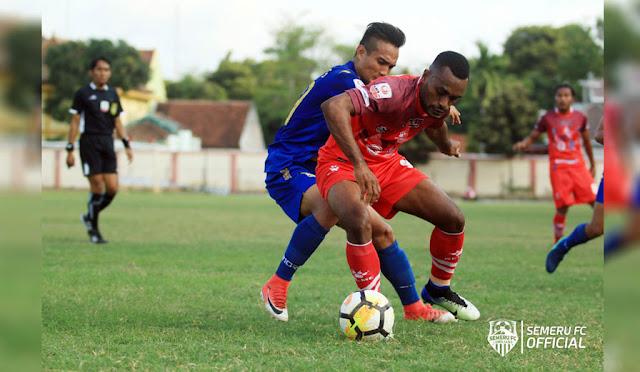 Pemain Semeru FC lawan Persiba Balikpapan