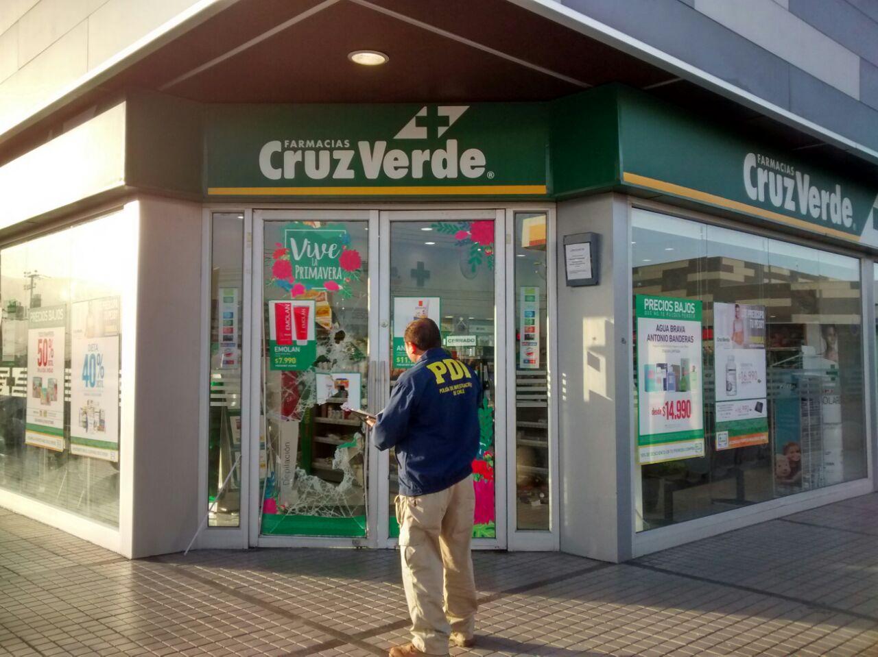Banda roba en Farmacia Cruz Verde y tabaquería de El