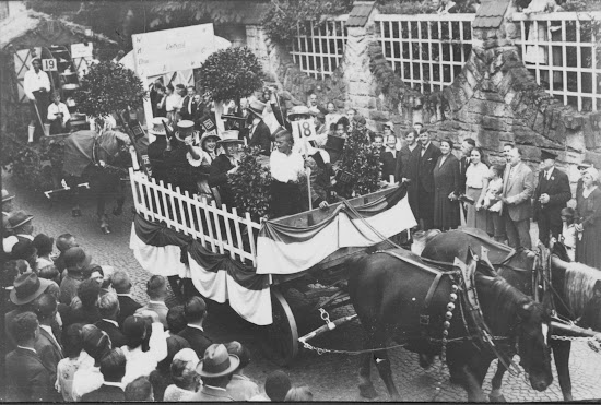 """Winzerfest 1932 - Motivwagen """"Trinkt Bensheimer Wein"""", Nachlass Joseph Stoll, Fotoalbum Winzerfest 1932 lfd. No. 011.jpg"""