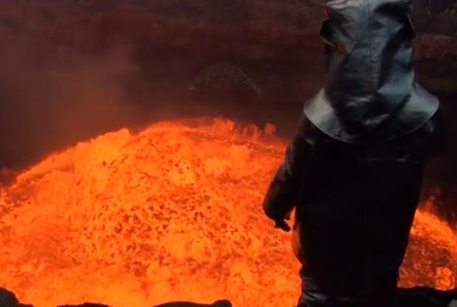 Foto do homem mergulhando em um vulcão