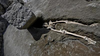 Αρχαιολόγοι στην Πομπηία ανακάλυψαν σκελετό άντρα που συνεθλίβη από βράχο ενώ προσπαθούσε να διαφύγει