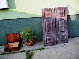okiennice drewniane , pomalowane brąz z przetarciami  białymi