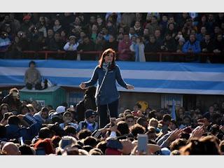 Arropada con una gran bandera argentina y el calor de una tribuna popular hecha a la medida K, la expresidenta Cristina Fernández lanzó ayer su frente electoral 'Unidad Ciudadana' con un masivo acto en el estadio Arsenal de Sarandí en el que convocó a 'poner un freno' al Gobierno de Mauricio Macri pero evitó definir su posible candidatura y, por el contrario, señaló que 'vengo a sumarme como una más'. 'Yo he tenido en mi vida todos los honores y todos los cargos que me dieron ustedes. Vengo ahora a sumarme como una más a poner el cuerpo, la cabeza y el corazón', indicó la exmandataria en la única alusión a su probable candidatura a legisladora nacional.   Fernández de Kirchner hizo eje al denunciar que con el gobierno volvió el 'fantasma del desempleo' y 'los precios por las nubes', además de 'las tarifas y servicios impagables' y advirtió que el nuevo frente 'viene a representar a todos los argentinos' entre los que mencionó a clases medias, comerciantes, docentes, estudiantes, jubilados, pymes y científicos.   La exmandataria pareció alimentar la campaña electoral contra Cambiemos en la provincia y, en lo que pareció ser una alusión a la gobernadora bonaerense, María Eugenia Vidal, disparó: 'Te podrán guionar los discursos, poner caritas de buena, pero esta es la realidad que tenemos que encarar. Yo nunca guioné mi vida, mis pensamientos, ni ideas'.   Sola, hablando desde el escenario ubicado en el centro de la cancha, al que sólo hizo subir a algunos estudiantes, docentes, comerciantes, científicos y dueños de pymes a los que mostró como víctimas del tarifazo, de la inflación o de la baja de planes sociales durante el actual gobierno, la exmandataria convocó 'a todos los argentinos a poner un freno' al Gobierno porque hay una 'angustia de no llegar a fin de mes' y consideró que con 'ellos no tenemos futuro'.   'Tenemos pasado, no nací de un repollo, pero con ellos no tenemos futuro, ese es el verdadero problema. Este presente de angustia de no llegar a fin de mes