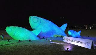 http://www.amarilloverdeyazul.com/2015/11/grandes-peces-elaborados-con-botellas-de-plastico-para-sensibilizar-a-los-ciudadanos-sobre-la-necesidad-de-reciclar-y-cuidar-el-medio-ambiente/