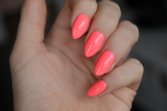 Semilac 033 Pink Doll hola paola blog kolor na wakacje hybrydowy lakier na wakacje lato słońce paznokcie