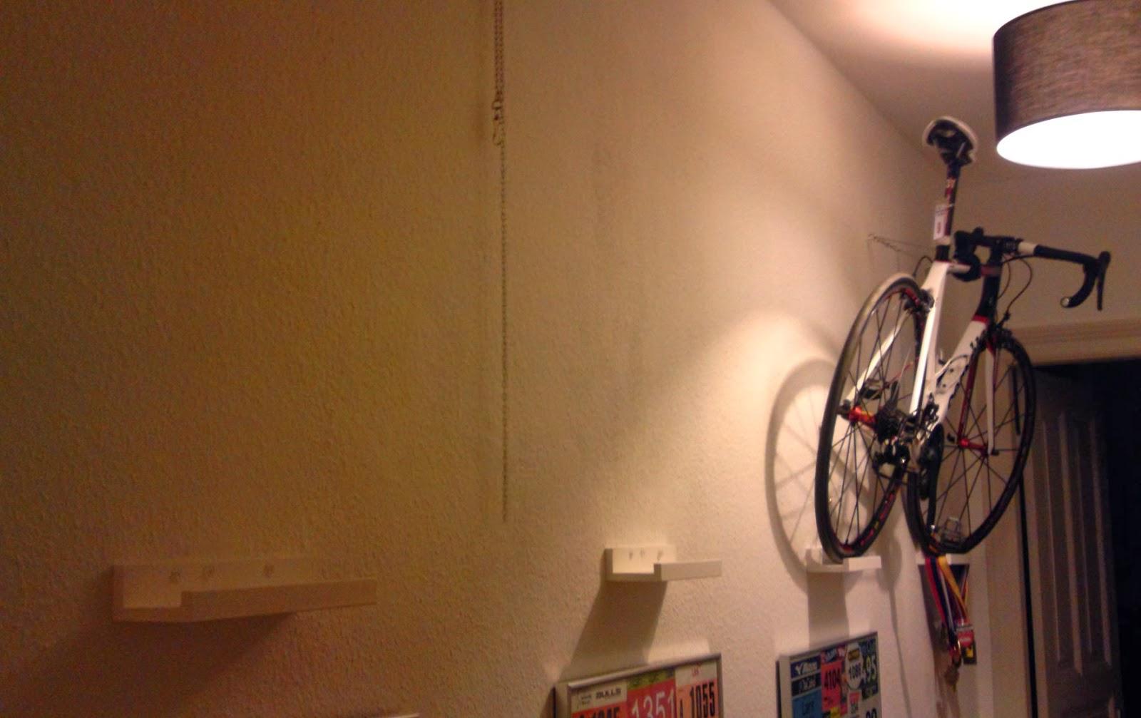 lousy legs der rennrad blog faszination radsport mit ikea das rennrad an der wand aufh ngen. Black Bedroom Furniture Sets. Home Design Ideas