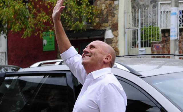 Edgardo Novick saludando para arriba