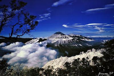 salju abadi di Puncak Jaya Pegunungan Jayawijaya