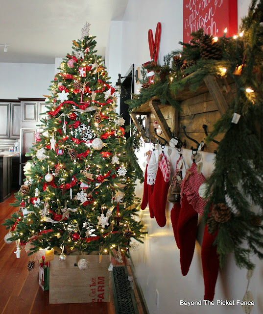 Christmas home decor, rustic decor, farmhouse, pallets, garland, stockings, christmas tree,https://goo.gl/xpejCP