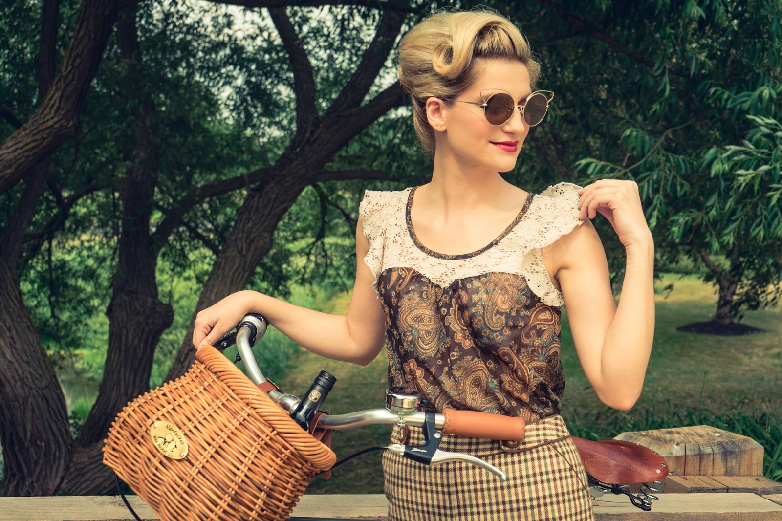 Bijuleni - Vintage outfit look with pin up updo hair