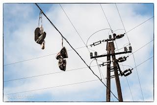 Cipők lógnak egy vezetékről Szőregen
