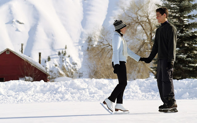 Man en vrouw aan het schaatsen op de ijsbaan