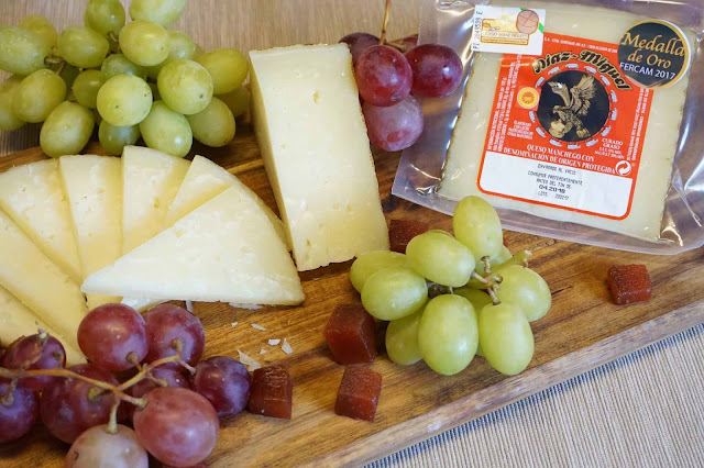 Tabla de queso,uva y membrillo