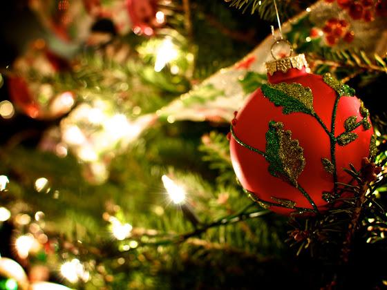 besplatne Božićne pozadine za desktop 1024x768 free download čestitke blagdani Merry Christmas kuglica za bor