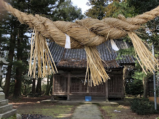 刀尾神社の三番目の鳥居のしめ縄と刀尾神社本殿