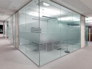 foto de divisori de vidro para escritorio