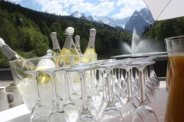 Riessersee-Sekt zum Hochzeitsempfang auf der Seeterrasse am Riessersee - Hochzeit in Bayern