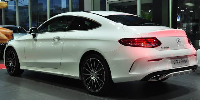Phần hông Mercedes C300 Coupe 2019 có phần đầu xe được kéo dài hơn còn phần đuôi xe được vuột cong xuống