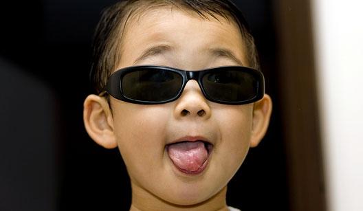 """5980fc206 Hoje nem tanto, mas até o final dos anos 90 quando alguém passava de óculos  escuro se dizia """"olha o raibam daquele cara!"""""""