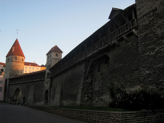 Las murallas rodean la ciudad antigua de Tallin