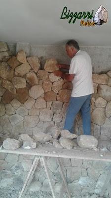 Execução do revestimento com pedra moledo na cor bege com espessura de 18 cm.