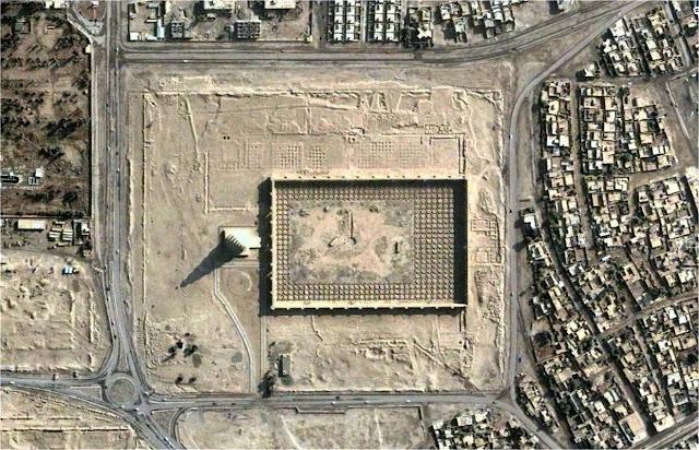 """Большая мечеть в Самарре Минарет Малвия Ирак Город Самарра Архитектурный стиль Исламская архитектура Основатель Халиф аль-Васик Строительство 848—852 годы Координаты: 31°12′26″ с. ш. 43°52′48″ в. д. (G) (O) (Я) Большая мечеть в Самарре — мечеть в городе Самарра, бывшей столице халифата Абассидов, которые и выстроили это огромное сооружение в 849—852 годах. На тот момент это была самая крупная постройка исламского мира. Мечеть начали строить в 848 году и завершили в 852 году при аббасидском халифе Аль-Мутаваккиле. Эта мечеть долгое время была самой большой в мире, высота её минарета под названием аль-Малвия составляет 52 метра, а ширина в основании 33 метра . Мечеть состоит из 17 рядов, а стены украшены мозаиками из тёмно-синего стекла. Лепнина и резьба внутри мечети исполнена в цветовых и геометрических конструкциях того времени. Мечеть Ибн-Тулуна в Каире строилась по образцу Большой мечети в Самарре. 1 апреля 2005 года верхняя часть минарета была повреждена в результате взрыва. Иракские повстанцы атаковали башню, так как на ней был установлен обзорный пункт войск США. Взрывом были выбиты кирпичи в верхней части минарета . Комплекс Большой мечети находится под охраной ЮНЕСКО в числе других древностей Самарры, в совокупности образующих памятник Всемирного наследия. Kleiner, Fred S. and Christin J. Mamiya. Gardner's Art Through the Ages: 12th edition. Thomson Wadsworth, 2005 Historic Mosques site. Behrens-Abouseif, Doris. """"Islamic architecture in Cairo: an introduction."""" — Cairo: American University in Cairo Press, 2005. — P. 51-57"""
