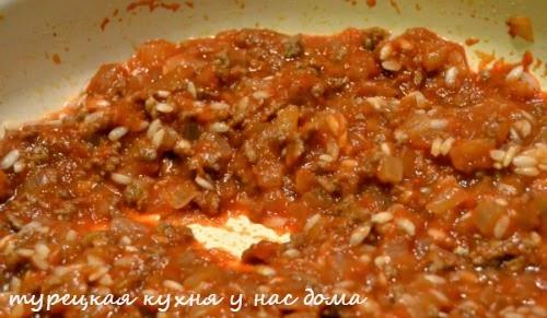 шпинат с томатной подливкой из фарша