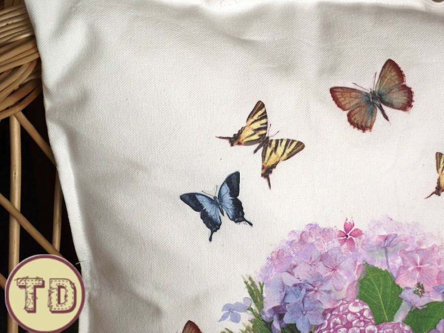 Cojin decorado con decoupage de mariposas
